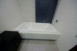 Экран ванны с выемкой для ног.