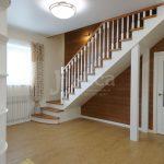 Замечательный образец лестницы для коттеджа.