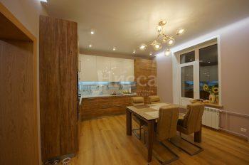 Обеденный стол в объединённой с гостиной кухне